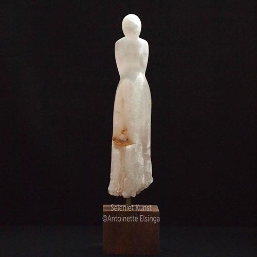 Vrouwenbeeld van Seleniet, Sculpture of a women Selenite